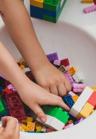Vino să construim cel mai mare mozaic LEGO!
