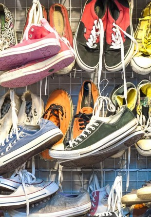 3 feluri în care poți să porți teneșii Converse