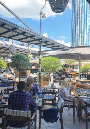 5 motive să iei prânzul pe terasa