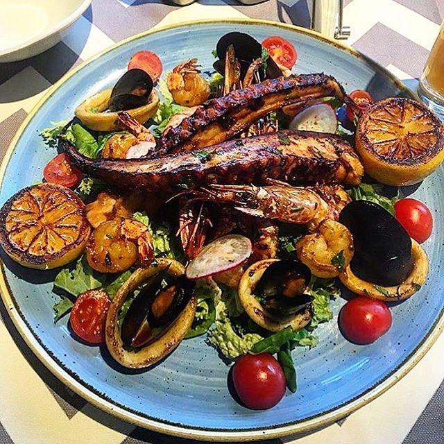 A delicious seafood cocktail skewer  #trickshotro #promenadaro #seafood #onthegrill #chefleon #foodie #instafood #foodporn #foodgasm #healthy #healthychoices #restaurant #pepromenada #repost @elizabethapa