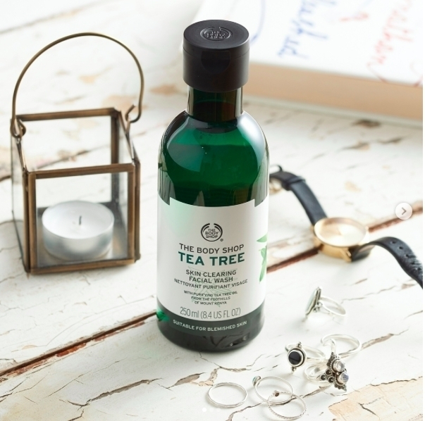 Not a single morning beauty routine without the tea tree face cleanser. @thebodyshop #TeaTreeToTheRescue #Skincare #TheBodyShop #SkincareRoutine #TeaTree #FaceMask #beauty #morning #beauty #goodhabbits #thebodyshop #cosmetics #womencosmetics #brand #promenada #promenadamall #shopping #amazingproduct #getyours #cosmeticsbrand #visage #cleanser #facialwash #purifiant #matteskin